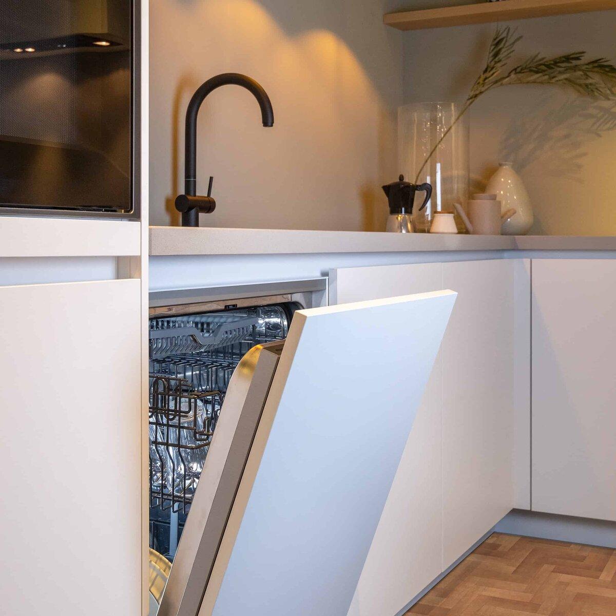 Witte keuken met zwarte keukenkraan