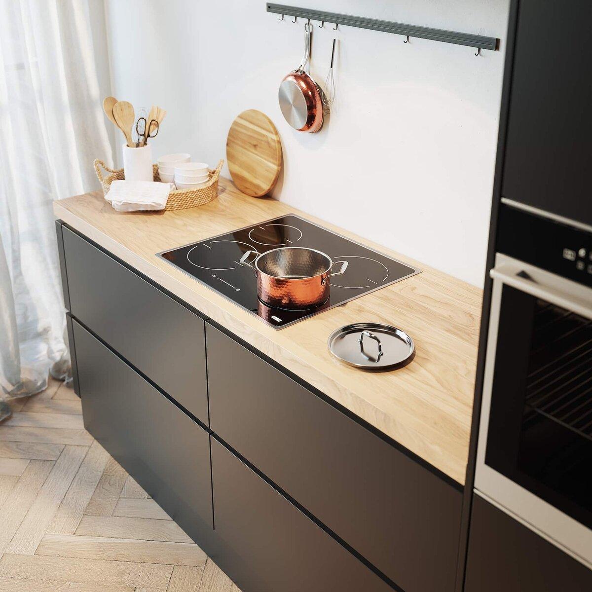Zwarte keuken met houten keukenblad