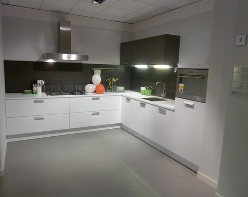 Showroomkeuken Superwit / Zilverbruin Koop uw keuken bij Nieuwenhuis Keukens in Deventer
