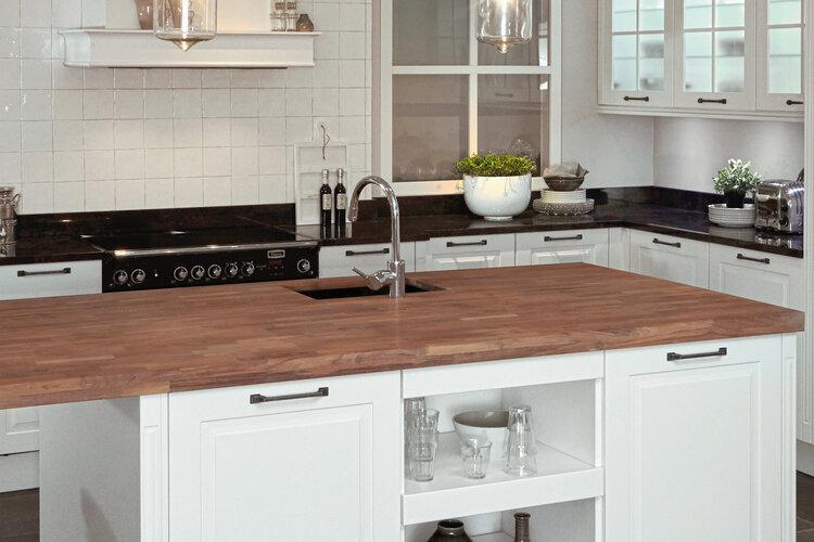 Ruime, klassieke hoekkeuken met spoeleiland | Nieuwenhuis Keukens
