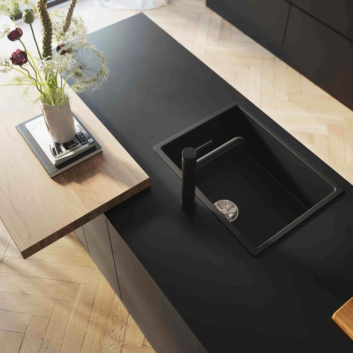 Zwarte keuken met zwarte elementen